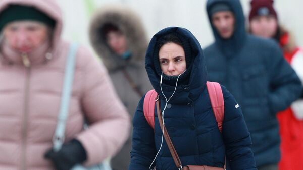 Люди на одной из улиц в Москве