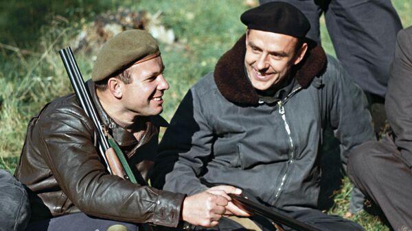 Летчики-космонавты СССР Юрий Гагарин и Владимир Комаров на охоте