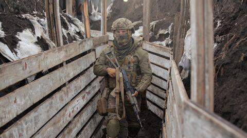 Украинский военнослужащий на боевых позициях на линии разделения в Донецкой области