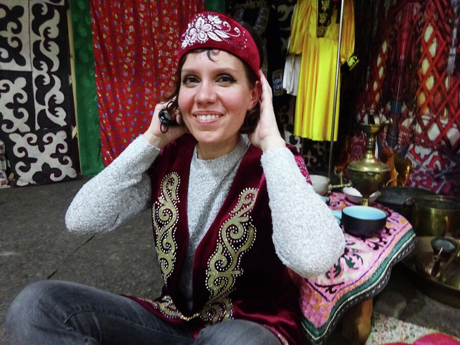 Посетительница краеведческого музея примеряет татарский костюм