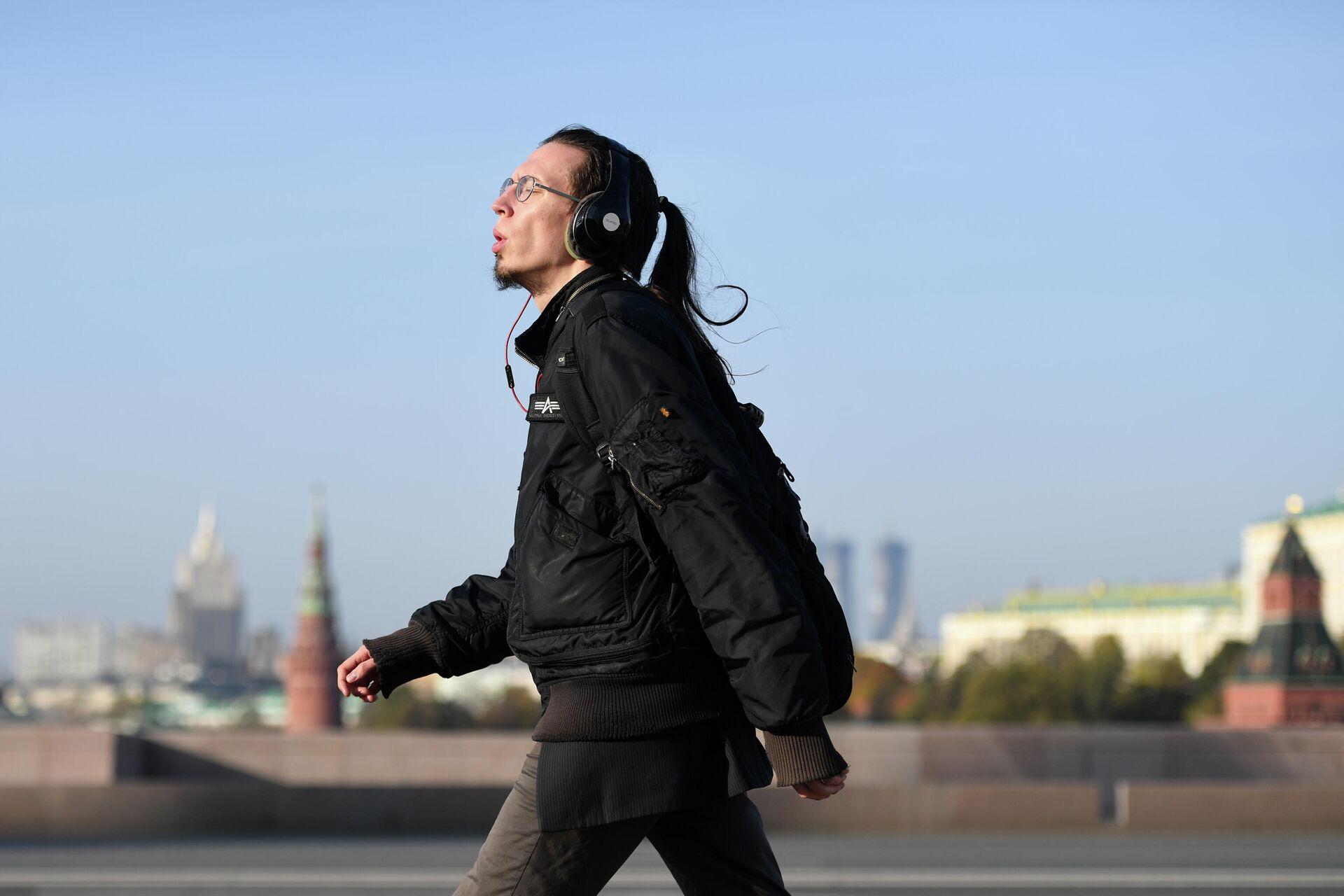 Мужчина идет по Большому Москворецкому мосту в Москве - РИА Новости, 1920, 07.04.2021
