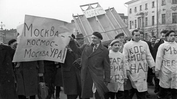 Студенты медицинского института в районе Манежной площади во время стихийной демонстрации в честь полета первого космонавта Земли Юрия Гагарина в космос
