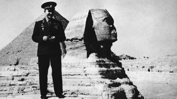 Советский космонавт Юрий Гагарин,  позирует возле древнего сфинкса в Гизе недалеко от Каира, Египет, 31 января 1962 года