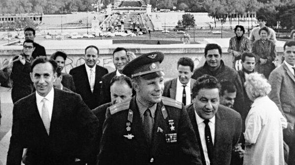Лётчик-космонавт СССР, Герой Советского Союза Юрий Гагарин во время посещения Французской Республики