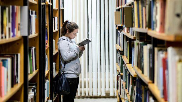 Посетительница в библиотеке