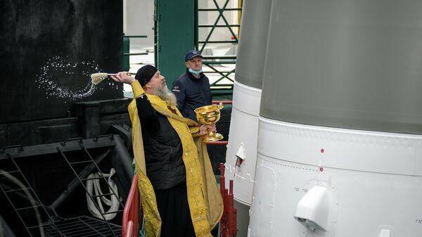 Настоятель храма Святого Великомученика Георгия Победоносца в городе Байконур отец Сергий (Бычков) во время освящения ракеты-носителя Союз-2.1а с пилотируемым кораблем Союз МС-18 на стартовом комплексе космодрома Байконур