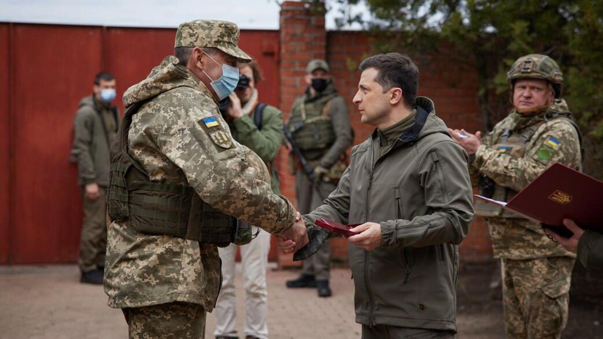 Президент Украины Владимир Зеленский во время посещения позиций украинских войск в Донбассе - РИА Новости, 1920, 08.04.2021