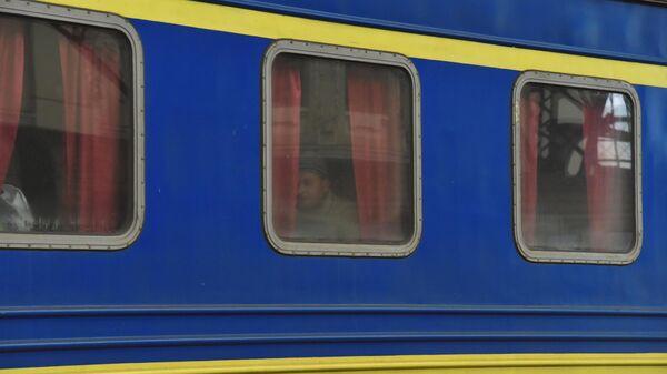 Датчанину пришлось отмывать окно в украинском поезде от древней грязи