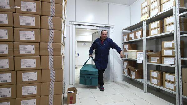 Партия вакцины ЭпиВакКорона для профилактики COVID-19 на аптечном складе в Волгограде