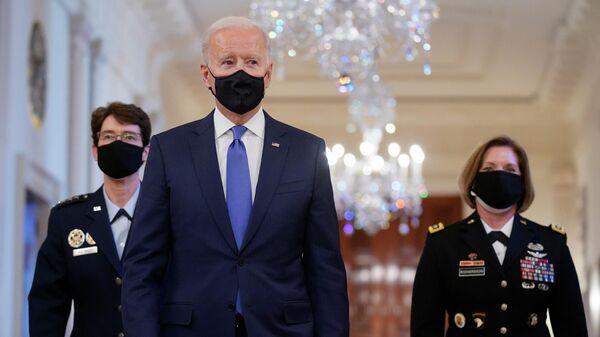 Президент США Джо Байден с генералом ВВС США Жаклин Ван Овост и генерал-лейтенантом армии США Лорой Ричардсон