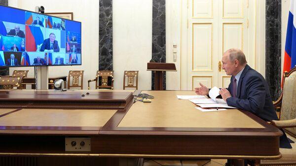 Президент РФ Владимир Путин проводит оперативное совещание с постоянными членами Совета безопасности