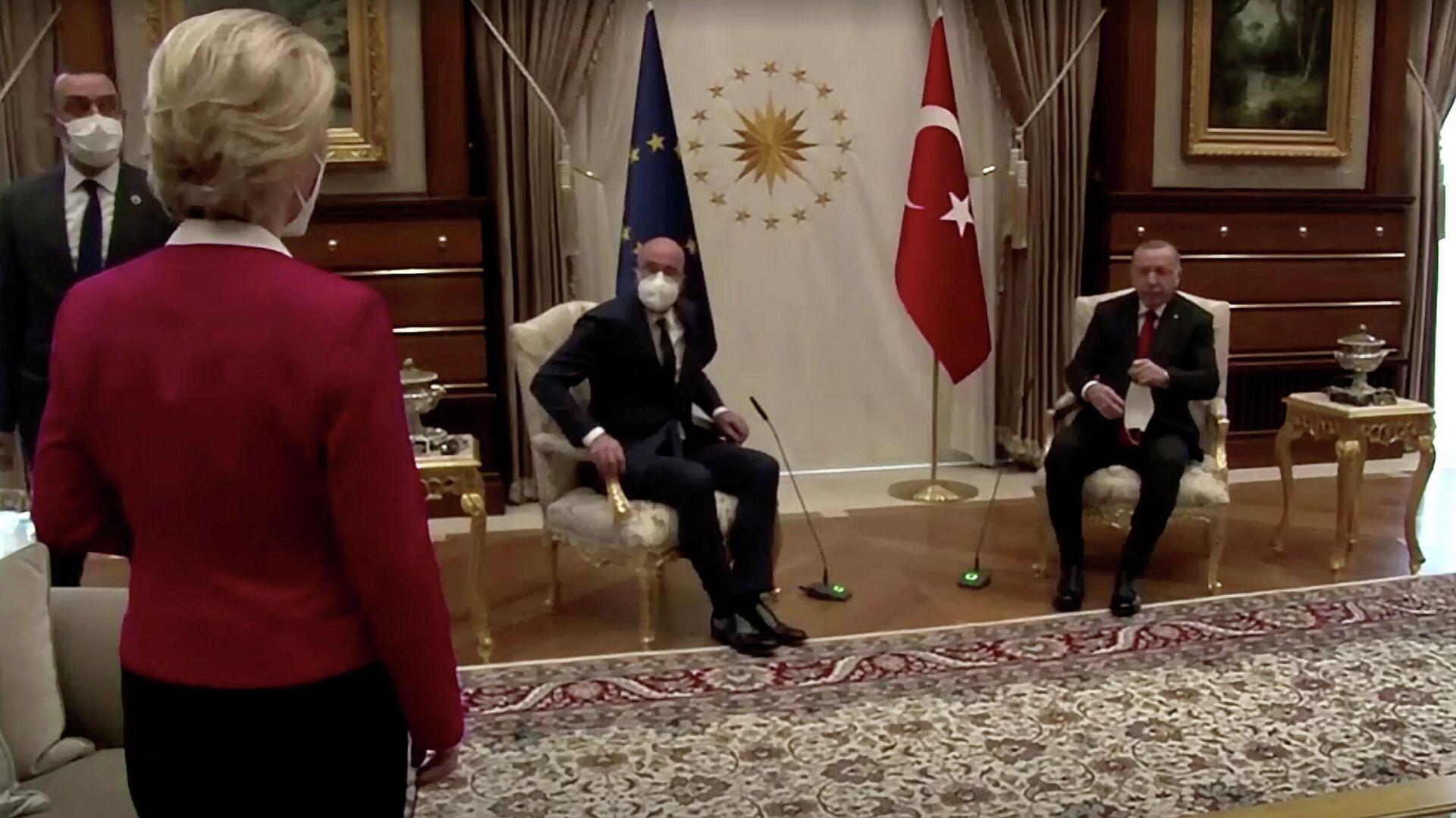 Президент Еврокомиссии Урсула фон дер Ляйен смотрит как президент Турции Реджеп Тайип Эрдоган и глава Евросовета Шарль Мишель занимают свои места  - РИА Новости, 1920, 06.05.2021