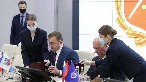 Губернатор Тульской области Алексей Дюмин и глава Ростеха Сергей Чемезов во время подписания документов