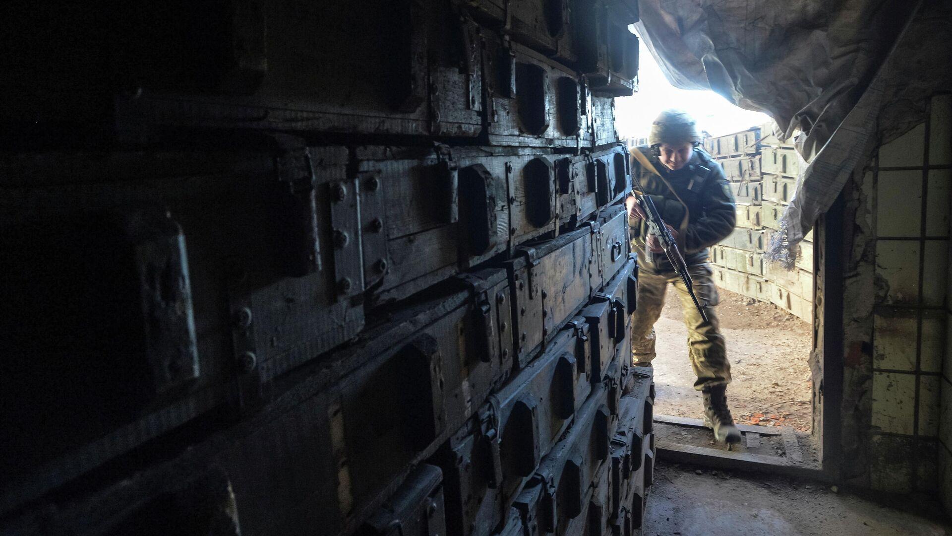 Украинский военнослужащий на линии разделения близ города Донецк - РИА Новости, 1920, 12.04.2021