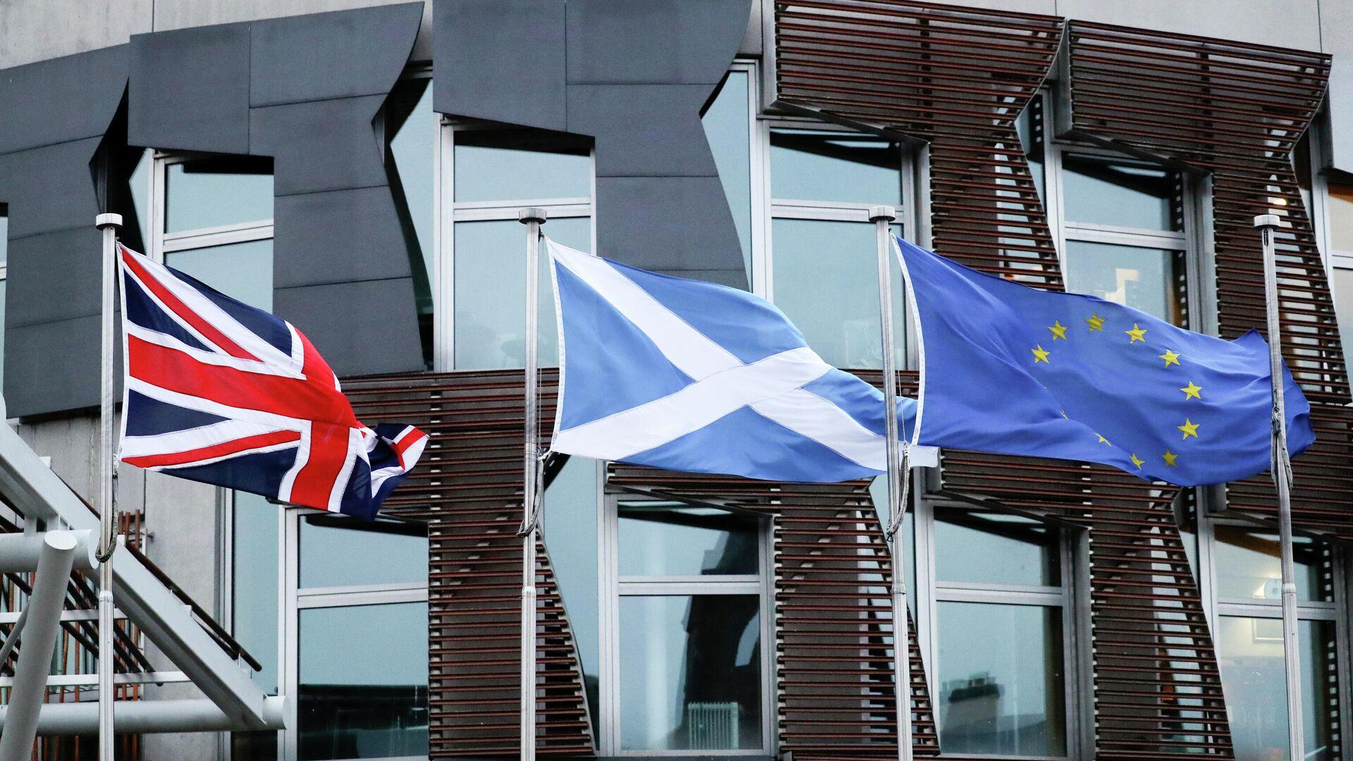 Флаги Великобритании, Шотландии и Евросоюза у здания парламента в Эдинбурге - РИА Новости, 1920, 08.05.2021