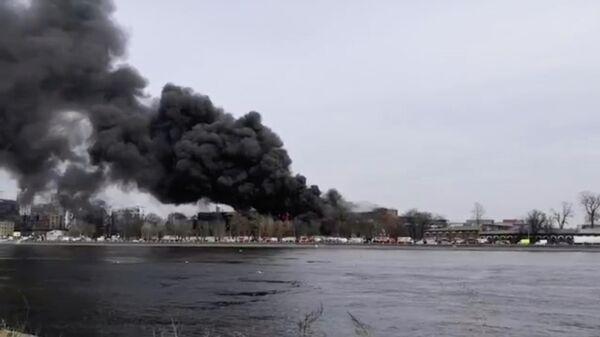 Пожар в здании фабрики Невская мануфактура  на Октябрьской набережной в Санкт-Петербурге. Кадр из видео очевидца