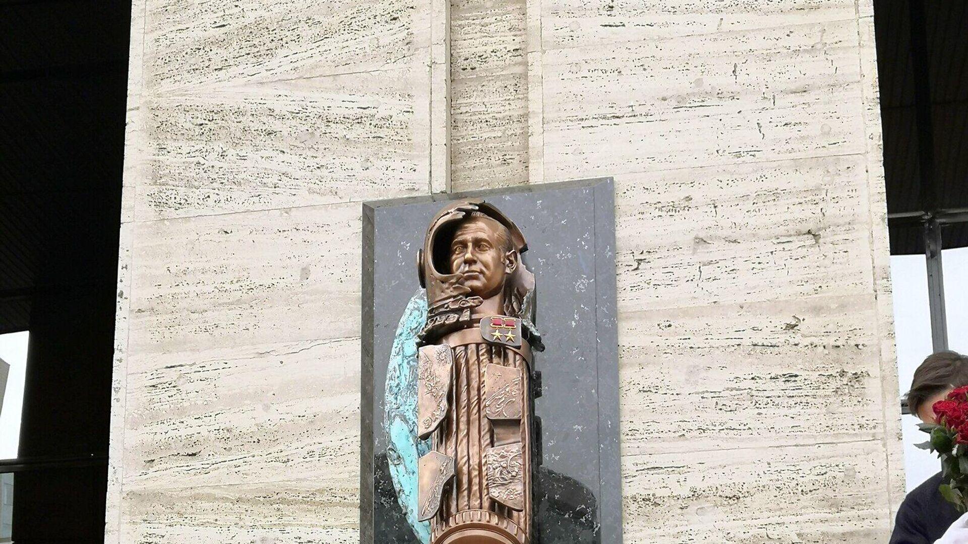 Мемориальная доска космонавту Алексею Леонову в Москве - РИА Новости, 1920, 12.04.2021