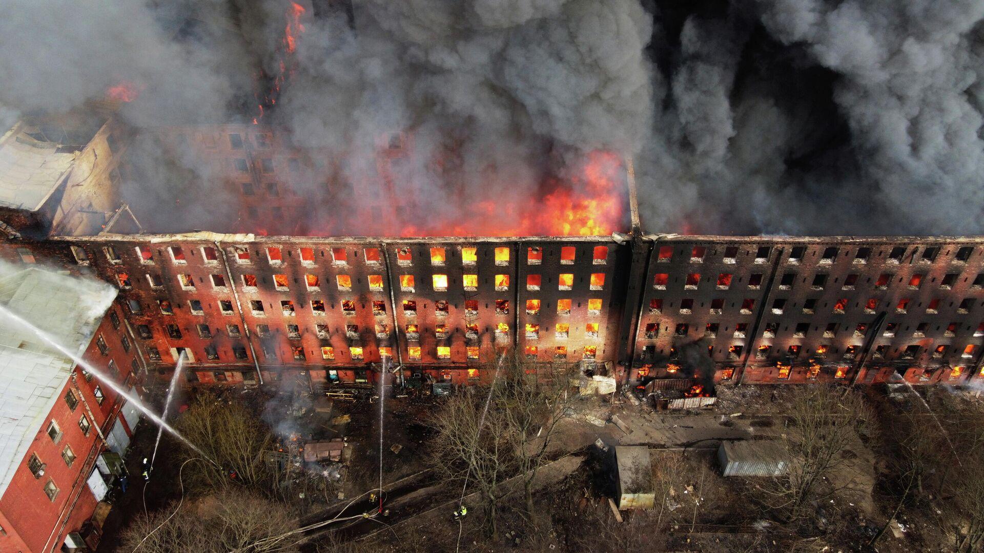Пожар в здании фабрики Невская мануфактура на Октябрьской набережной в Санкт-Петербурге - РИА Новости, 1920, 14.04.2021