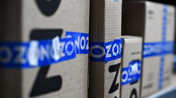 Заказы покупателей на складе в пункте выдачи интернет-магазина OZON в Москве
