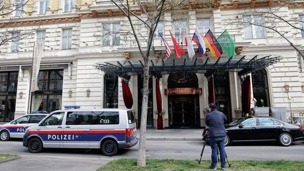 Полиция и оператор возле отеля, где проходит заседание Совместной комиссии по реализации СВПД в Вене