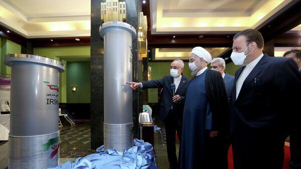Президент Ирана Хасан Роухани и и вице-премьер Али Акбар Салехи во время посещения выставки ядерных достижений Ирана в Тегеране