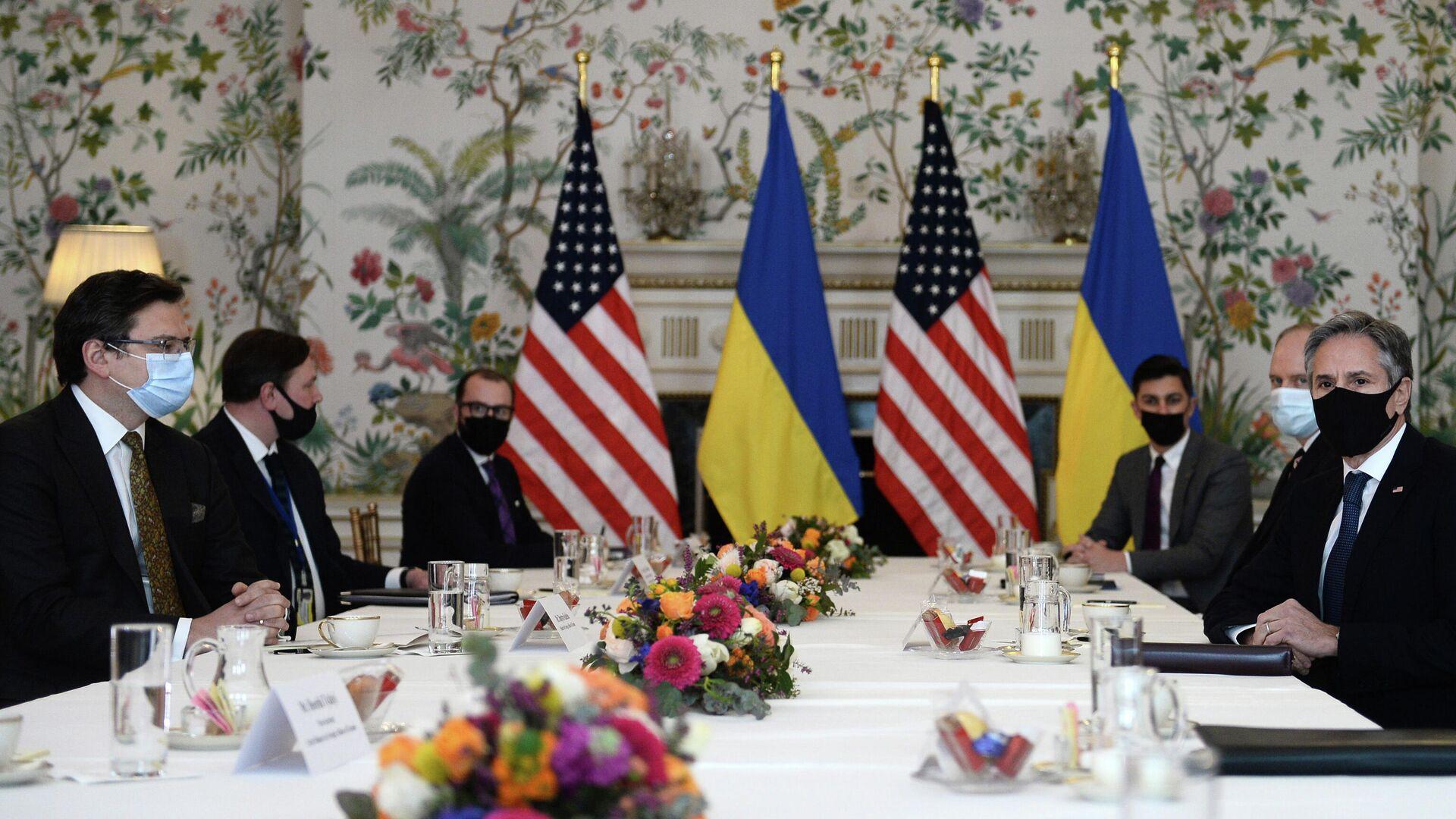 Министр иностранных дел Украины Дмитрий Кулеба во время встречи с госсекретарем США Энтони Блинкеном в Брюсселе - РИА Новости, 1920, 22.04.2021