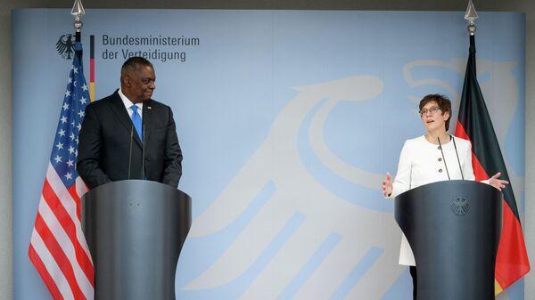 Главой Пентагона Ллойдом Остином и министр обороны Германии Аннегрет Крамп-Карренбауэр на пресс-конференции в Министерстве обороны Германии в Берлине. 13 апреля 2021 года