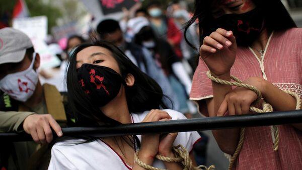 Участники акции протеста против военного переворота в Мьянме во время марша к посольству Мьянмы в Вашингтоне