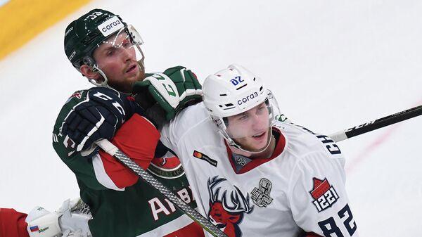 Игрок Ак Барс Альберт Яруллин (слева) и игрок Торпедо Иван Чехович