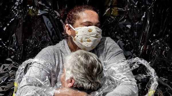 Первые объятия фотографа Mads Nissen, победившего в номинации Фото года в фотоконкурсе World Press Photo