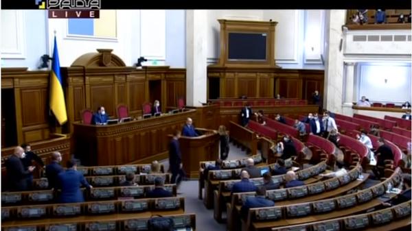Украинскому министру вручили в Раде похоронный букет