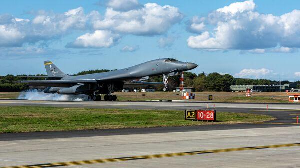 Стратегический бомбардировщик B-1B Lancer ВВС США на авиабазе в Мисаве, Япония