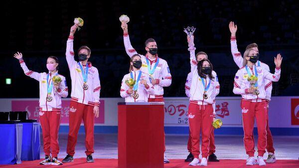 Российские спортсмены на церемонии награждения на командном чемпионате мира по фигурному катанию в Осаке, Япония