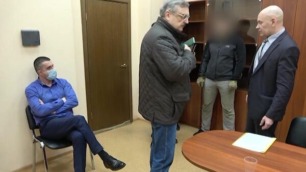 Консул Генерального консульства Украины в Санкт-Петербурге Александр Сосонюк (слева), задержанный сотрудниками ФСБ. Скриншот видео