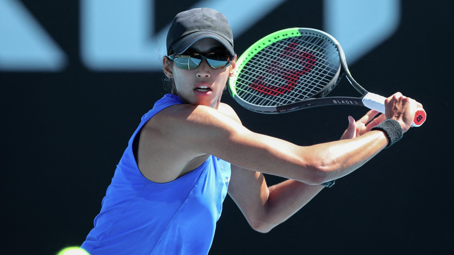 Australia's Astra Sharma hits a return against Japan's Nao Hibino during their women's singles match on day two of the Australian Open tennis tournament in Melbourne on February 9, 2021. (Photo by Brandon MALONE / AFP) / -- IMAGE RESTRICTED TO EDITORIAL USE - STRICTLY NO COMMERCIAL USE -- - РИА Новости, 1920, 18.04.2021