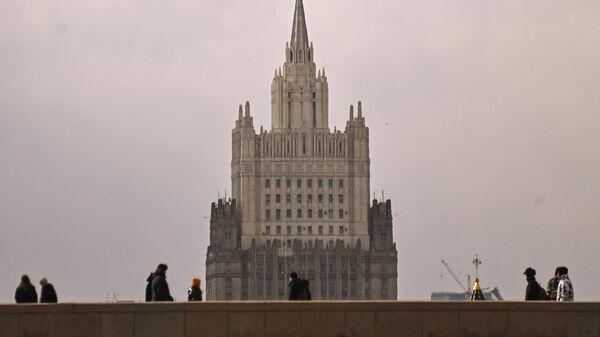 Прохожие на Большом Москворецком мосту в Москве. На втором плане здание Министерства иностранных дел РФ
