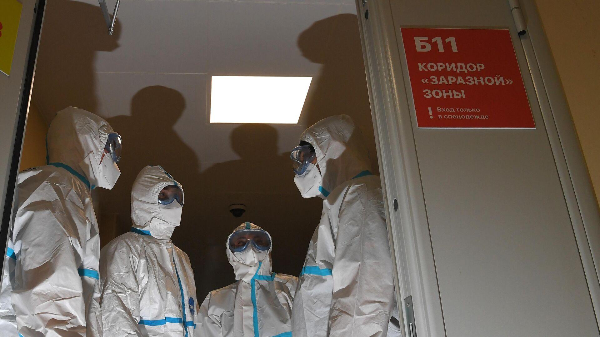 Медицинские работники в герметичном шлюзе в коридоре заразной зоны в МКЦИБ Вороновское  - РИА Новости, 1920, 01.06.2021