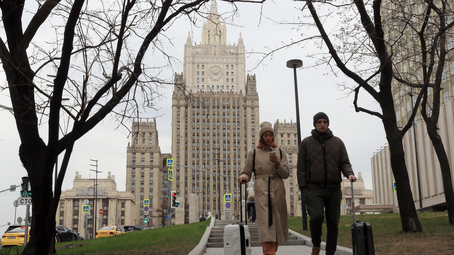 Прохожие у здания МИД России в Москве - РИА Новости, 1920, 29.04.2021