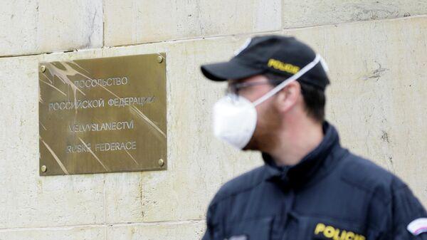Полицейский у здания посольства России в Праге