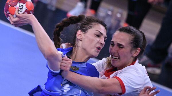 Слева: Вероника Никитина (Россия) в квалификационном мачте чемпионата мира 2021 года по гандболу между женскими сборными командами России и Турции.