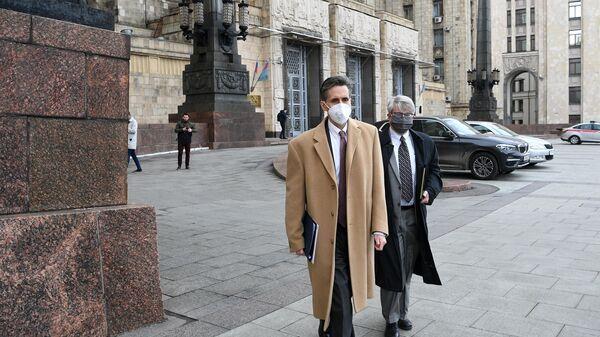 Заместитель главы американского посольства в Москве Барт Горман возле здания МИД РФ в Москве