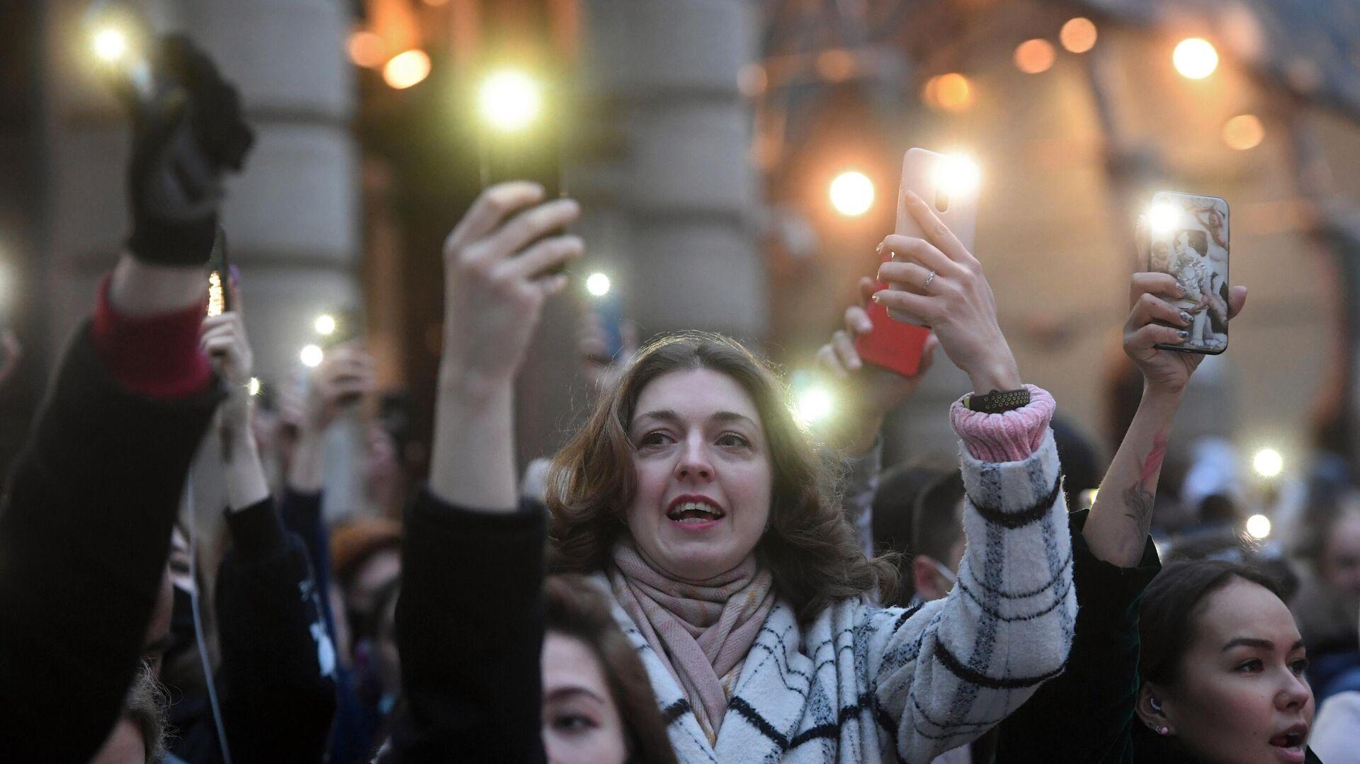 Участники несанкционированной акции в поддержку Алексея Навального держат смартфоны с включенными фонариками в Москве - РИА Новости, 1920, 22.04.2021