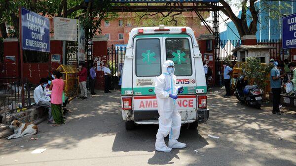 Скорая помощь возле больницы для лечения пациентов с COVID-19 в Нью-Дели, Индия