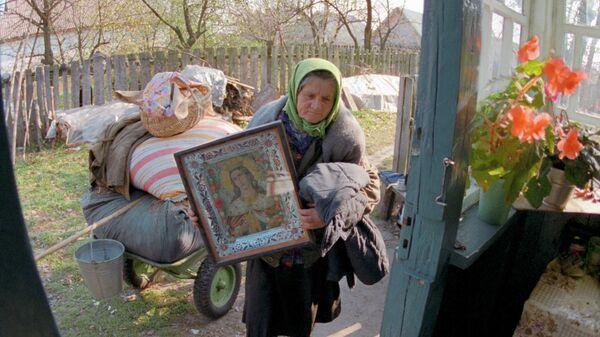 Люди занимают покинутые дома. Чернобыль, 1990 год