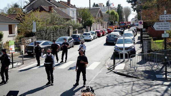 Французские полицейские на месте нападения на женщину-полицейского в коммуне Рамбуйе под Парижем