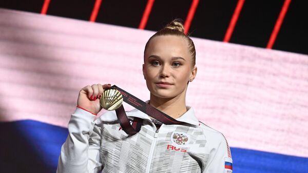 Ангелина Мельникова (Россия), завоевавшая бронзовую медаль в опорном прыжке на чемпионате Европы по спортивной гимнастике в Базеле, на церемонии награждения.