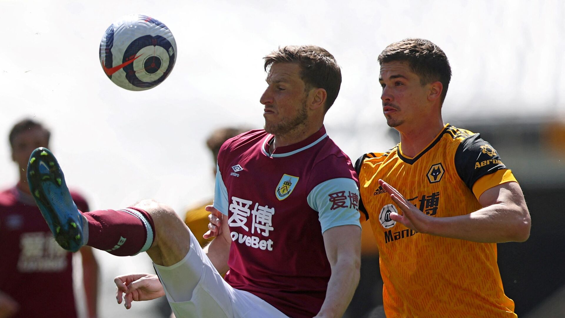 Burnley's New Zealand striker Chris Wood (L) vies with Wolverhampton Wanderers' Brazilian striker Willian Josйduring the English Premier League football match between Wolverhampton Wanderers and Burnley at the Molineux stadium in Wolverhampton, central England on April 25, 2021. (Photo by MOLLY DARLINGTON / POOL / AFP) / RESTRICTED TO EDITORIAL USE. No use with unauthorized audio, video, data, fixture lists, club/league logos or 'live' services. Online in-match use limited to 120 images. An additional 40 images may be used in extra time. No video emulation. Social media in-match use limited to 120 images. An additional 40 images may be used in extra time. No use in betting publications, games or single club/league/player publications. /  - РИА Новости, 1920, 25.04.2021