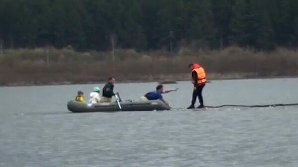 Спасатели на надувной лодке помогли детям выбраться с отколовшейся льдины
