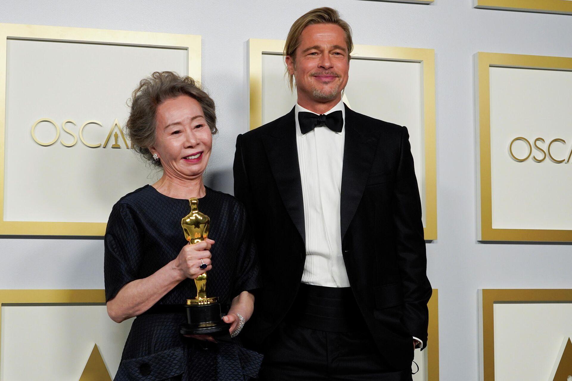 Брэд Питт и  Юн Е Джон на церемонии вручения премии Оскар в Лос-Анджелесе - РИА Новости, 1920, 29.06.2021