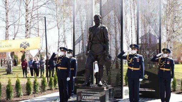 Открытие памятника летчику Девятаеву в Торбееве